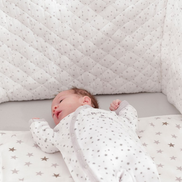 tour de lit r ves d 39 toiles trois kilos sept momentbebe. Black Bedroom Furniture Sets. Home Design Ideas